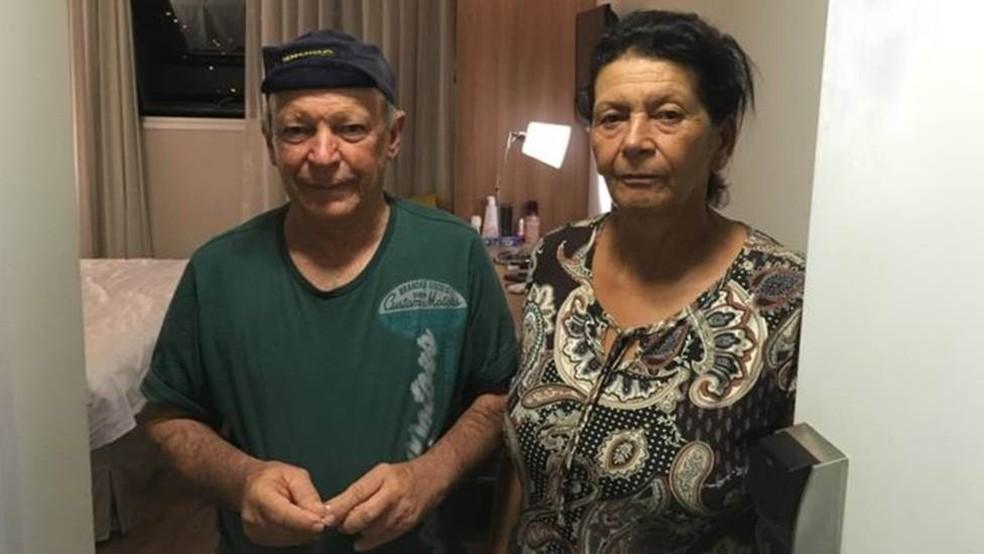 Geraldo e Vera na porta do quarto de hotel para onde foram levados pela Vale — Foto: BBC/AMANDA ROSSI