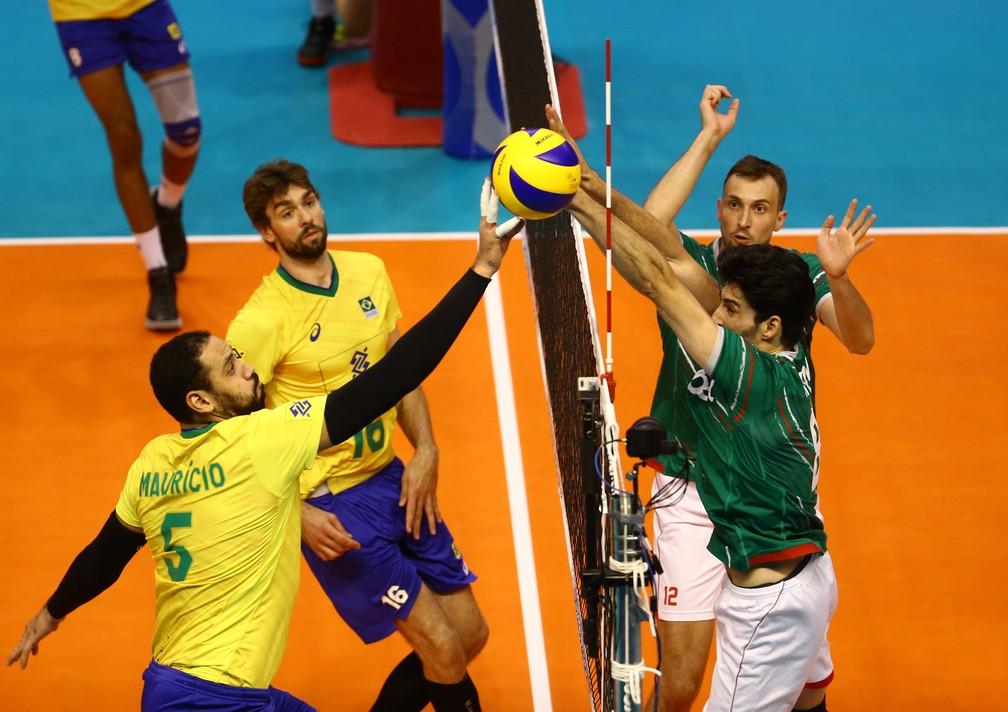 Mauricio Borges disputa bola na rede — Foto: Divulgação FIVB