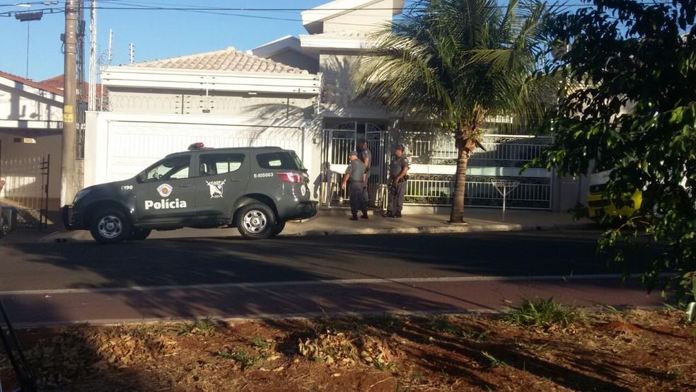 Policiais na casa do vereador preso em Catanduva (Foto: Janaina de Paula/TV Tem)