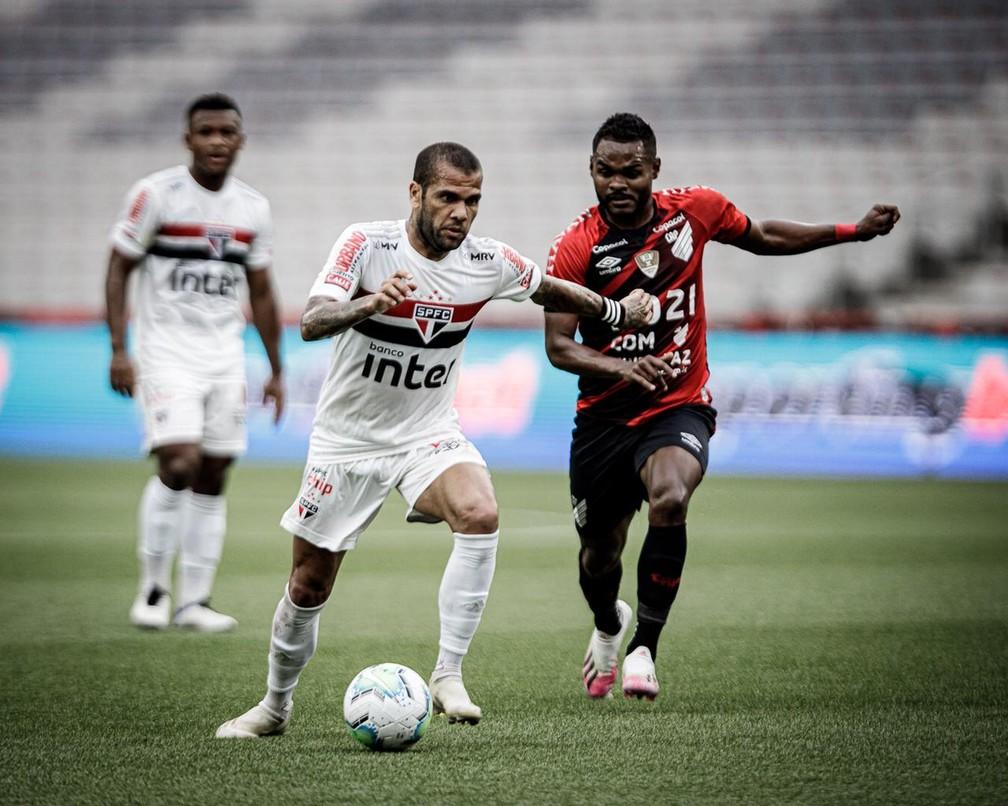 Daniel Alves, do São Paulo, em jogo contra o Athletico — Foto: Matheus Sebenello/NeoPhoto