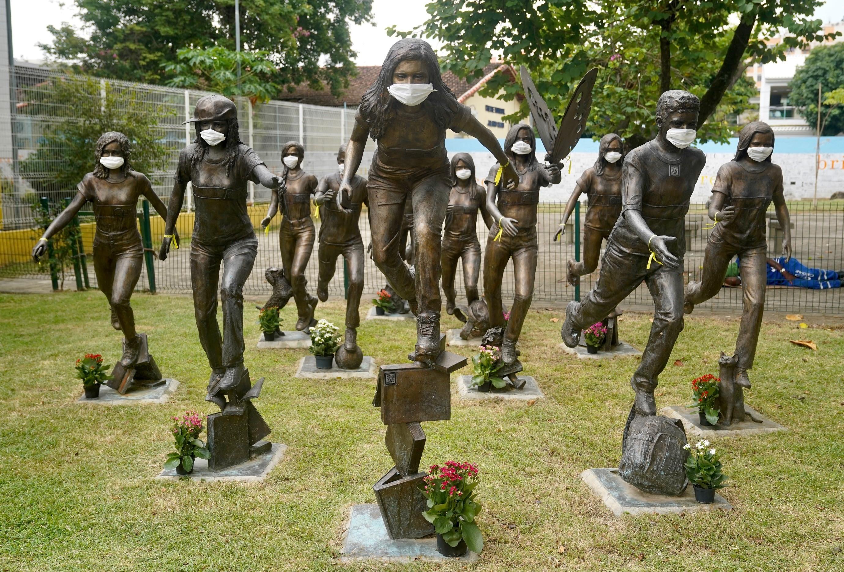 Estátuas de alunos mortos em massacre no Rio ganham máscaras para reforçar importância de isolamento