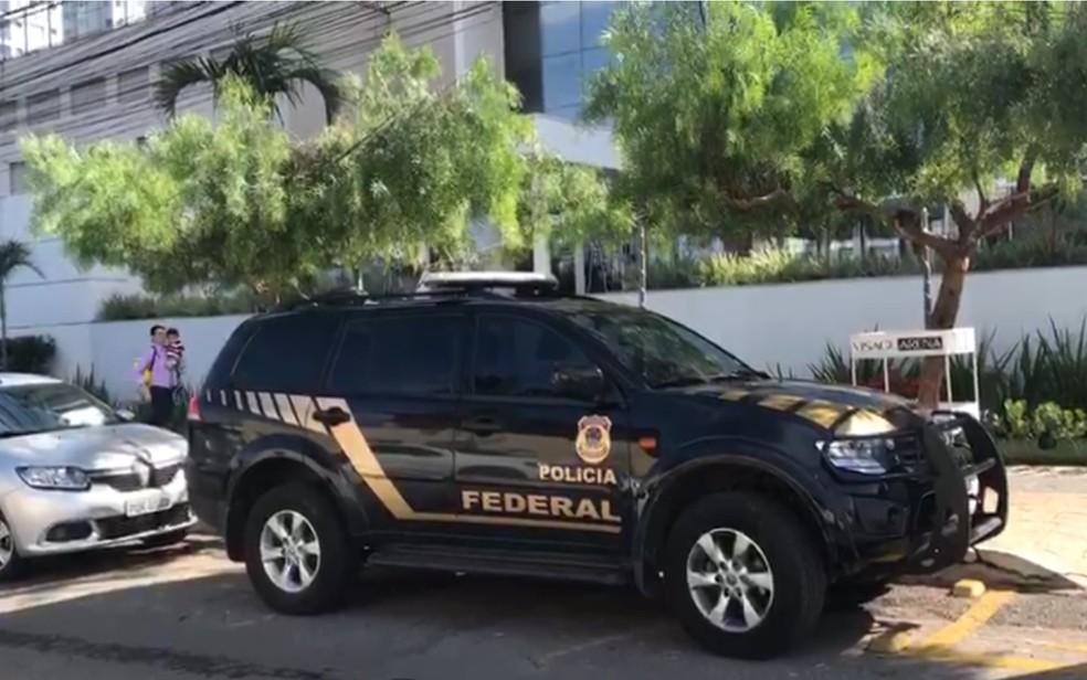 Pol�cia Federal cumpre mandados em um dos alvos da Opera��o Confraria, em Goi�nia — Foto: Guilherme Henrique/TV Anhanguera