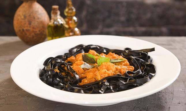 O tagliatelle nero com camarões será uma das opções do cardápio especial do Ettore