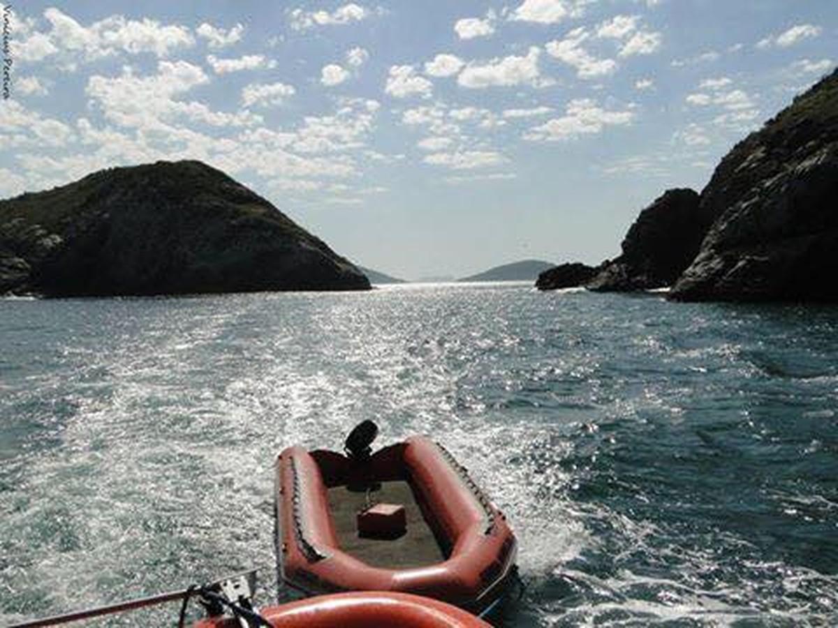 Passeios de barco são suspensos em Arraial do Cabo, RJ, devido a ventos fortes