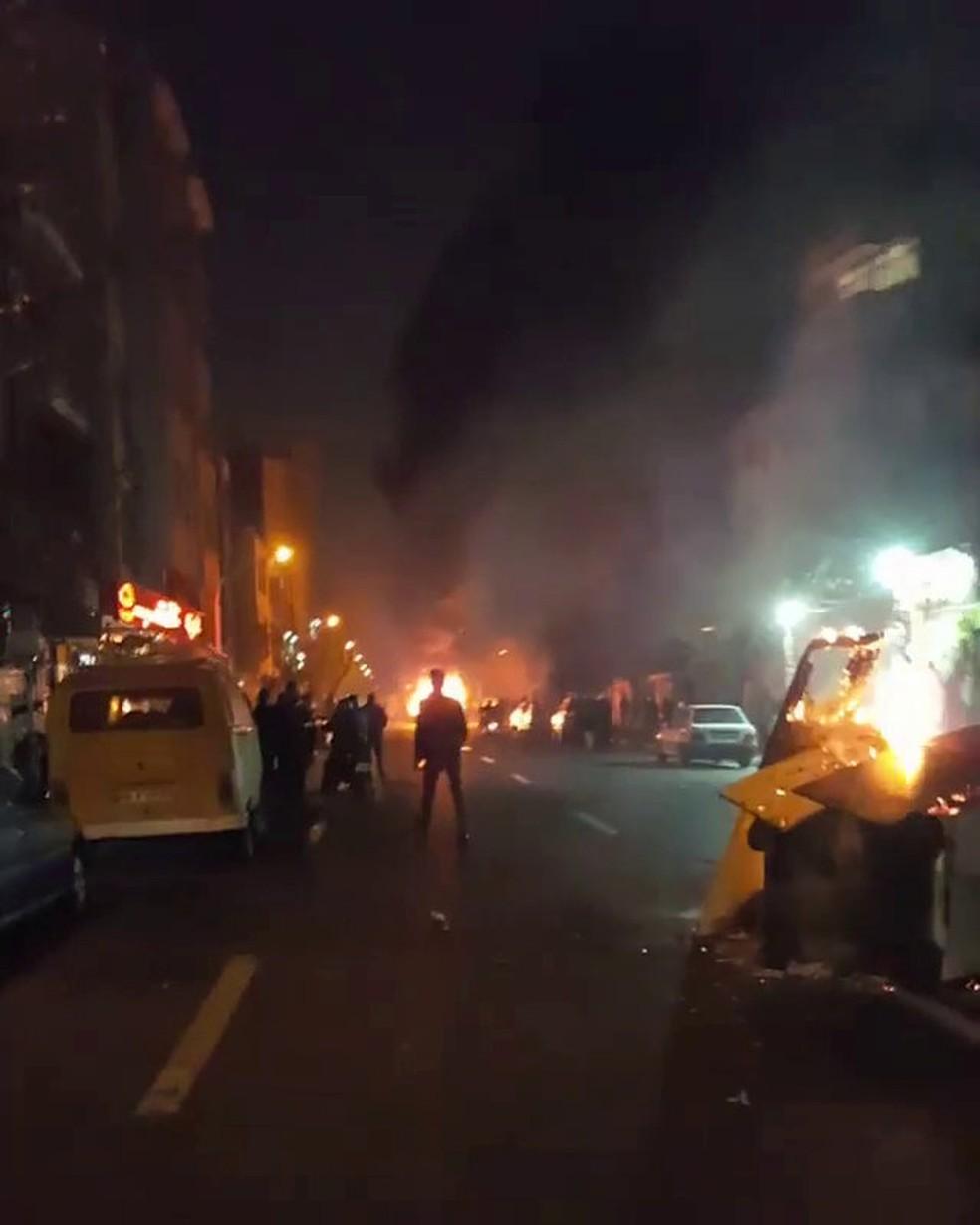 Pessoas protestam em Teerã, no Irã (Foto: Reuters)