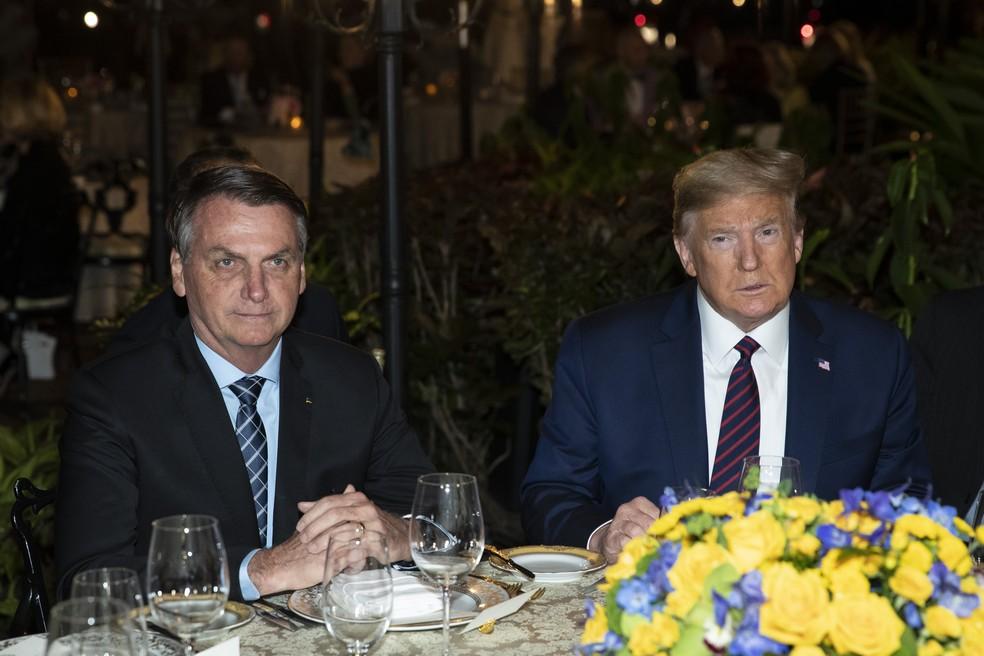 Bolsonaro e Trump antes de jantar neste sábado (7) em Mar-a-Lago, em Palm Beach, na Flórida. — Foto: AP Photo/Alex Brandon