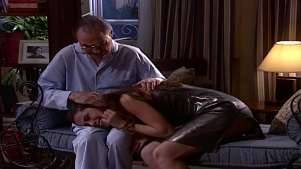 Leonardo Villas em cena de 'Laços de Família', como Pascoal acolhendo Capitu (Giovanna Antonelli) — Foto: Globo