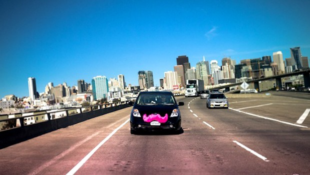 Famosa pelos bigodes rosas colocados na frente dos carros, o aplicativo de caronas Lyft está avaliado atualmente em US$ 700 milhões (Foto: Divulgação)