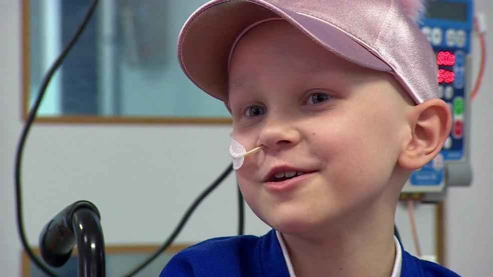 Amelia Eldred, de 7 anos tem perna reimplantada ao contrário para facilitar movimento (Foto: BBC)