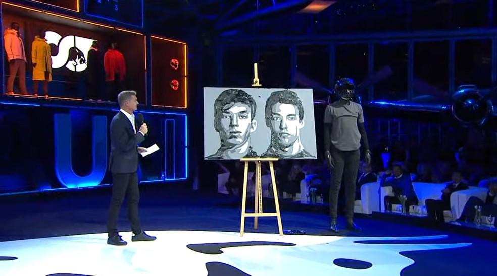 Pintor fez os rostos de Gasly e Kvyat durante apresentação da Alpha Tauri — Foto: Reprodução