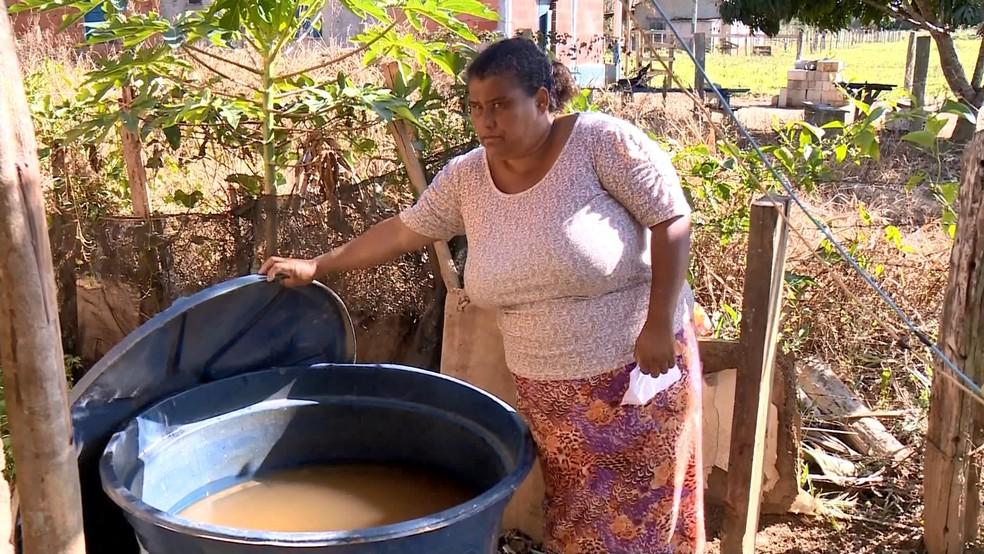 Moradora de Linhares mostra situação ruim da água na caixa d'água — Foto: Reprodução/TV Gazeta
