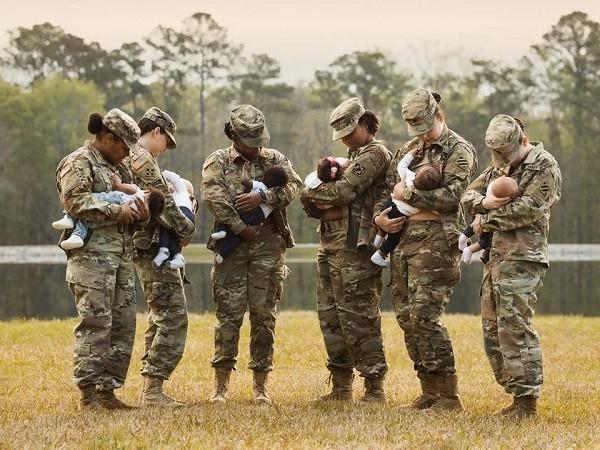 Militares amamentam (Foto: Reprodução/Facebook)