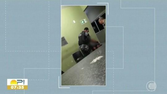Defesa pede liberdade de policiais militares filmados espancando preso dentro de delegacia no Piauí