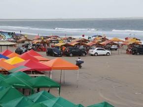 Em menos de 24 horas, vários carros circulam na praia do Araçagi ...