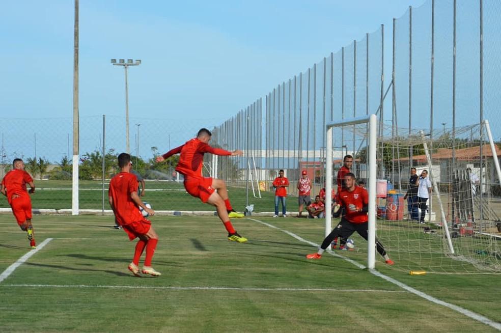 Xandão em ação no treino do CRB — Foto: Maxwell Oliveira/ASCOM CRB