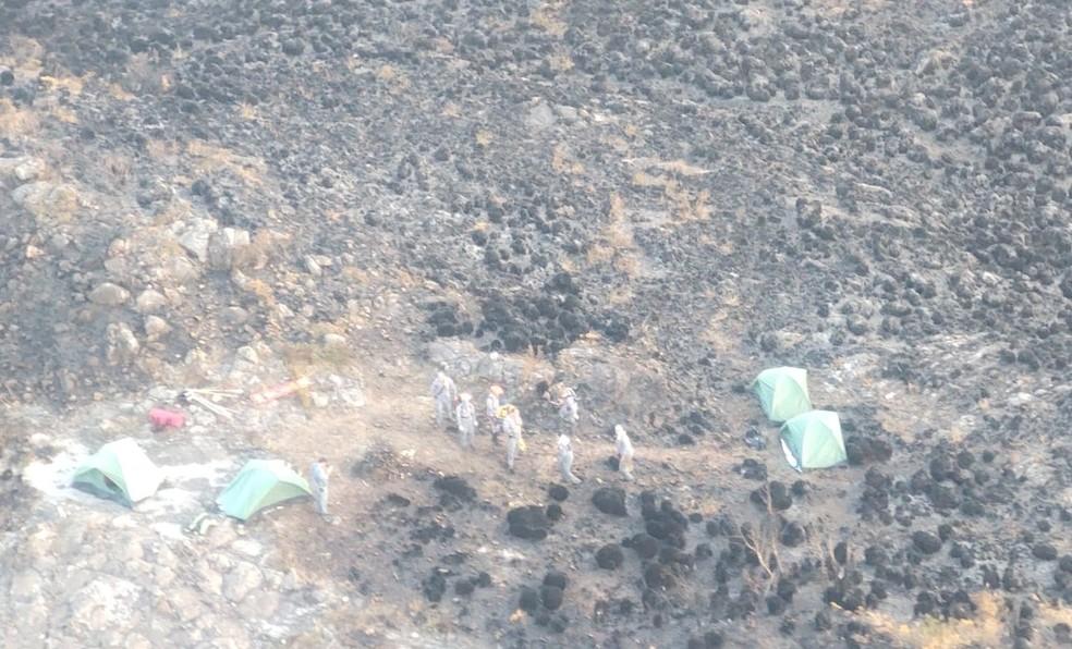 Bombeiros acamparam na Serra Fina para seguir no combate ao fogo — Foto: Corpo de Bombeiros/Divulgação
