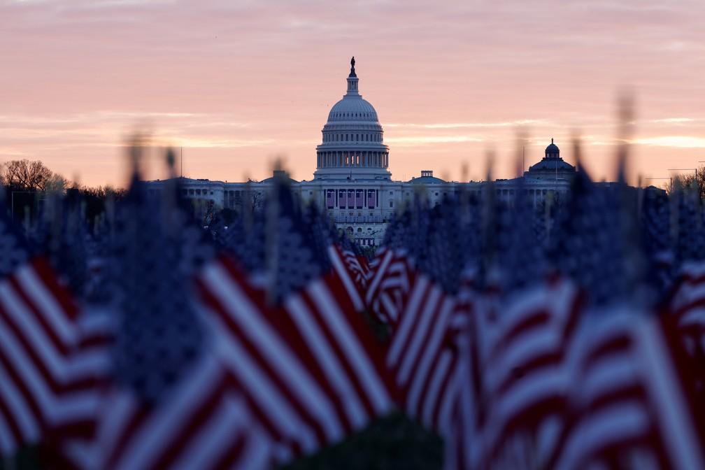 Bandeiras cobrem o Passeio Nacional, em Washington DC, em preparação para a posse de Joe Biden, em foto de 18 de janeiro de 2021 — Foto: Carlos Barria/Reuters