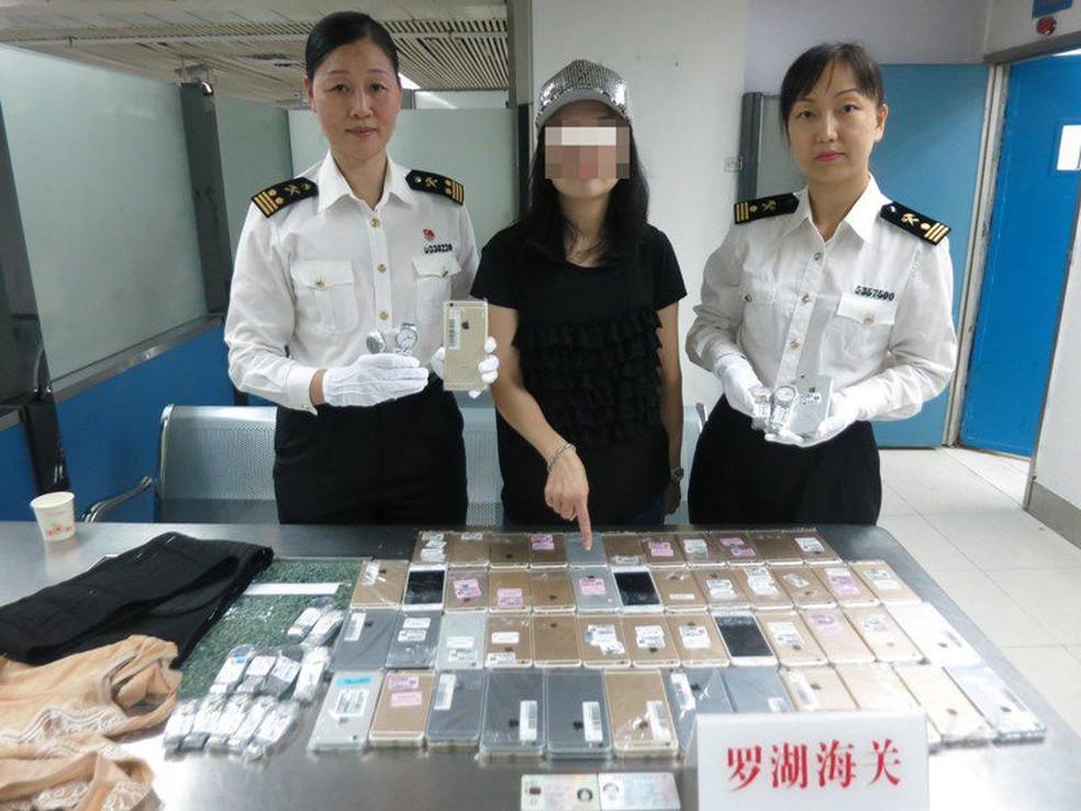 Mulher levava iPhones amarrados ao corpo quando foi presa na China (Foto: Divulgação/Alfândega de Shenzhen)