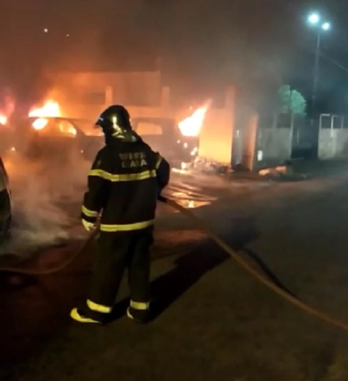 Fogo destruiu carros que estavam apreendidos no pátio da delegacia em Maracanaú. (Foto: Reprodução/TVM)
