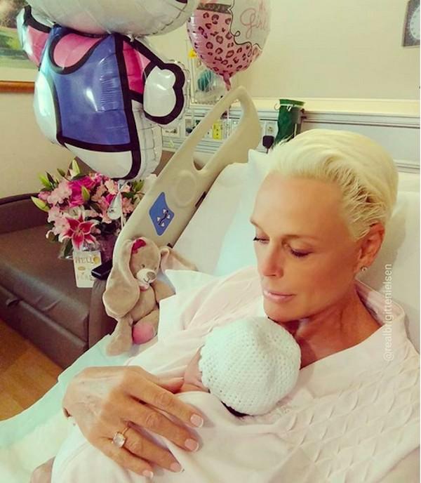 A modelo e atriz dinamarquesa Brigitte Nielsen com a filha recém-nascida (Foto: Instagram)