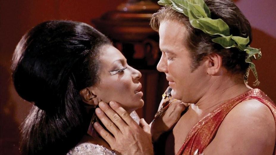 Nichelle Nichols e William Shatner em cena de Star Trek (Foto: Divulgação)
