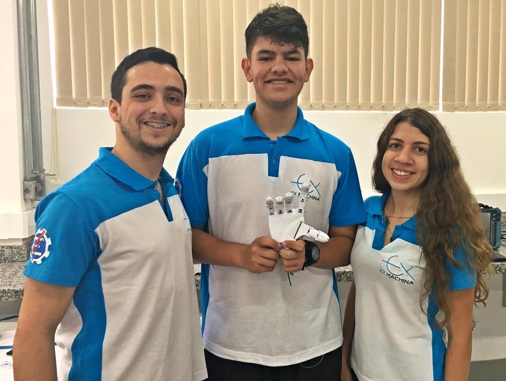 Grupo que inclui 20 estudantes desenvolveu projeto de prótese biônica em Itajubá (MG) — Foto: Fernanda Rodrigues/G1