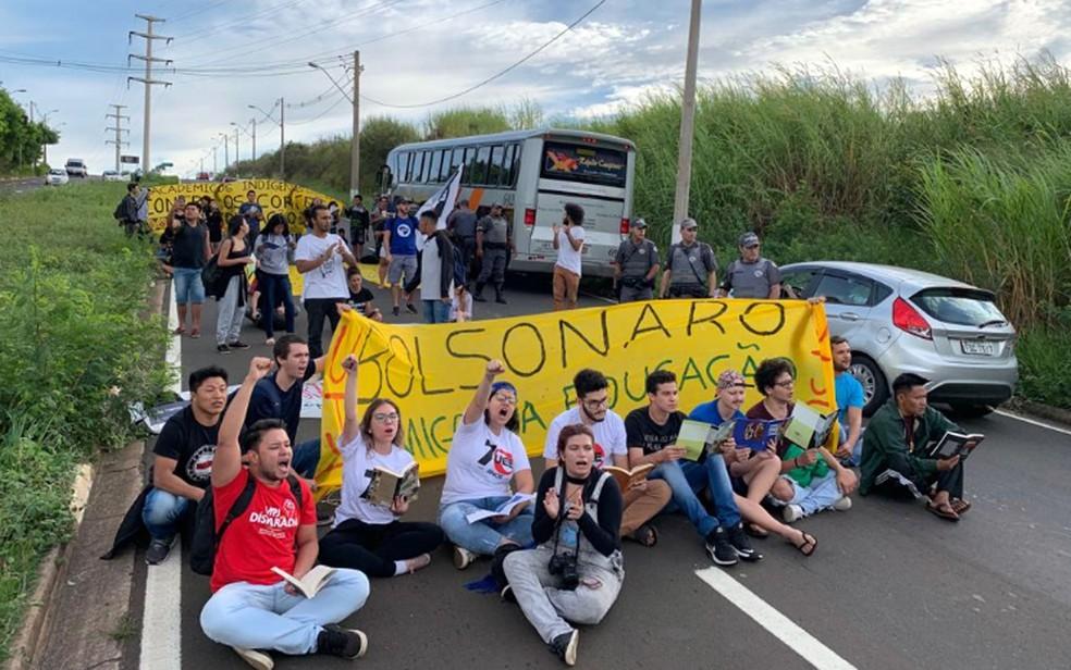 Estudantes de Campinas fazem manifestação contra cortes na área da educação na Avenida Guilherme Campos — Foto: Larissa Castro/EPTV