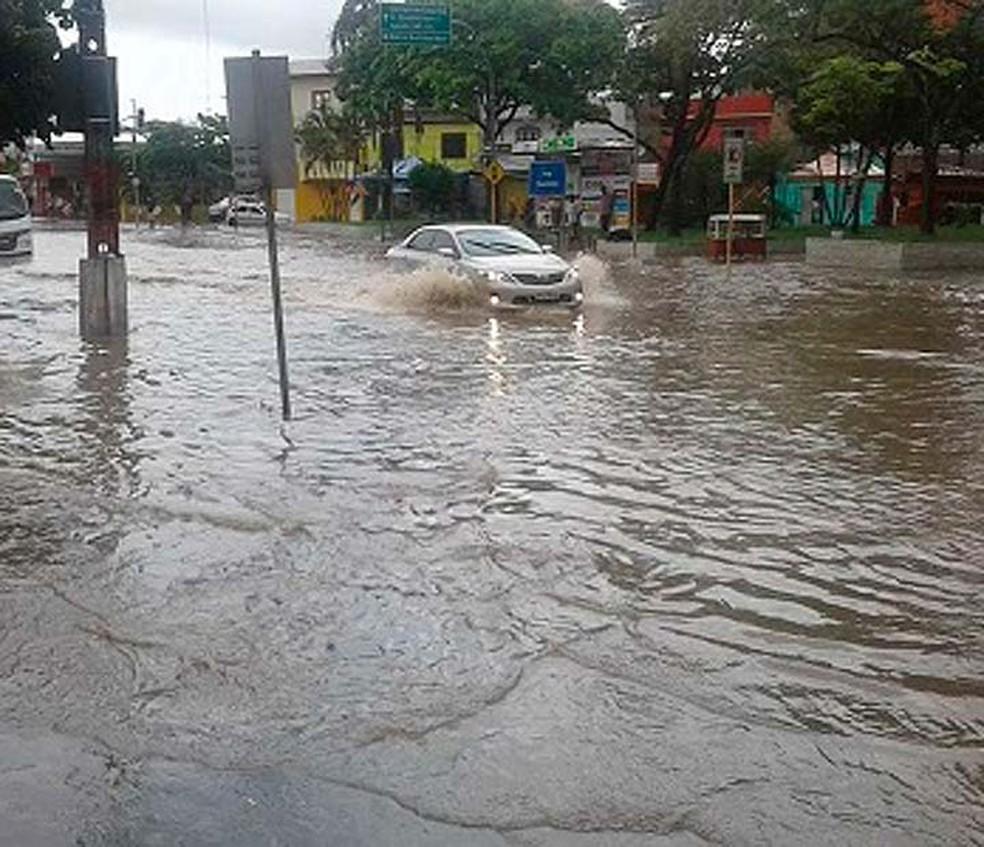 Veículos tiveram dificuldades para circular por Ipiaú após chuva forte atingir cidade (Foto: Giro Ipiaú)