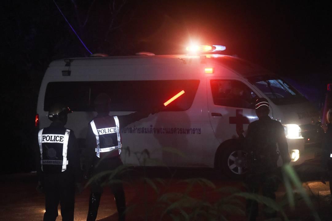 Ambulância em local de resgate de meninos de caverna na Tailândia