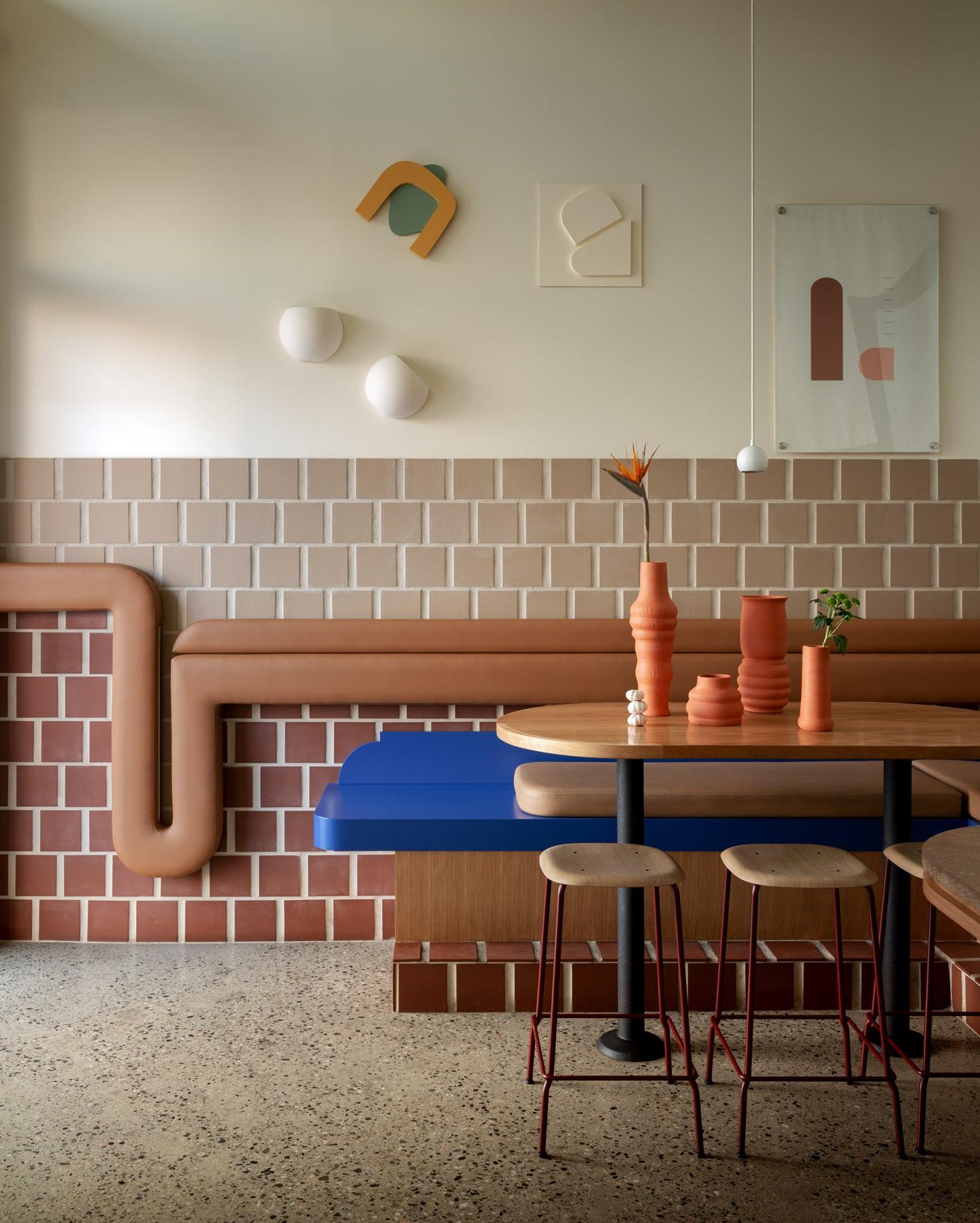 Décor do dia: tons terrosos contrastam com azul na sala de jantar (Foto: Divulgação)