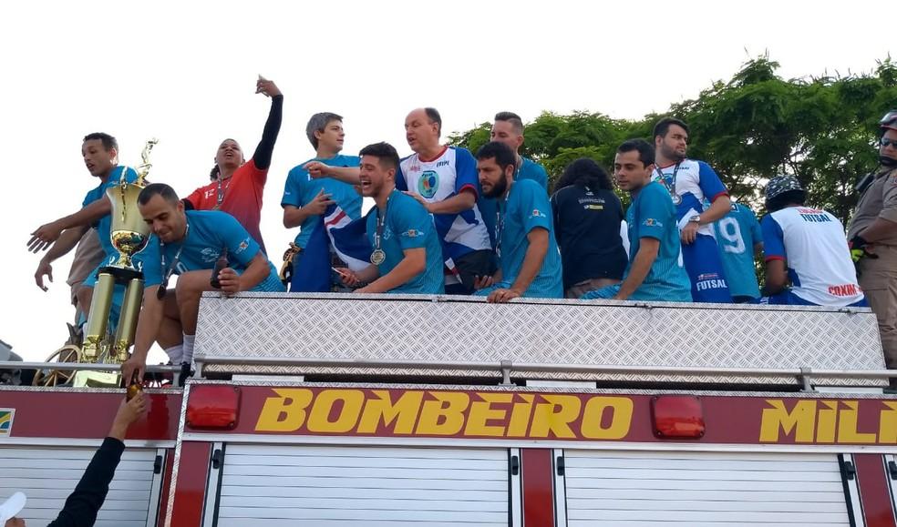 Jogadores do Coxim em carreata pela cidade após a partida (Foto: Roberto Oshiro / TV Morena )