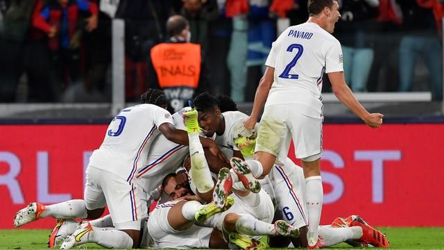 Jogadores da França comemoram vitória de virada sobre a Bélgica, pela Liga das Nações