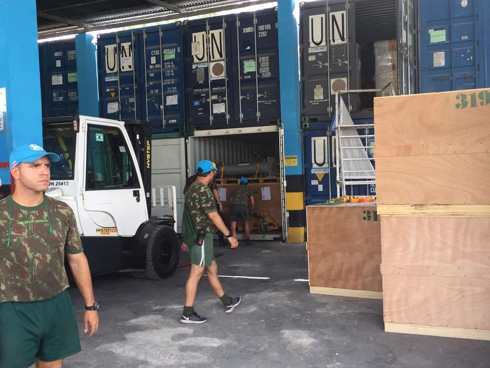 Contêineres com equipamentos das tropas brasileiras sendo preparados para transporte para o Brasil (Foto: Tahiane Stochero/G1)