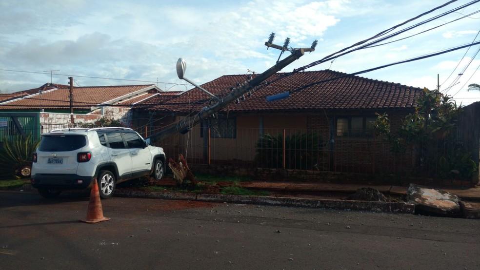 Condutor atingiu poste de energia em Campo Grande (Foto: Evelyn Souza/TV Morena)