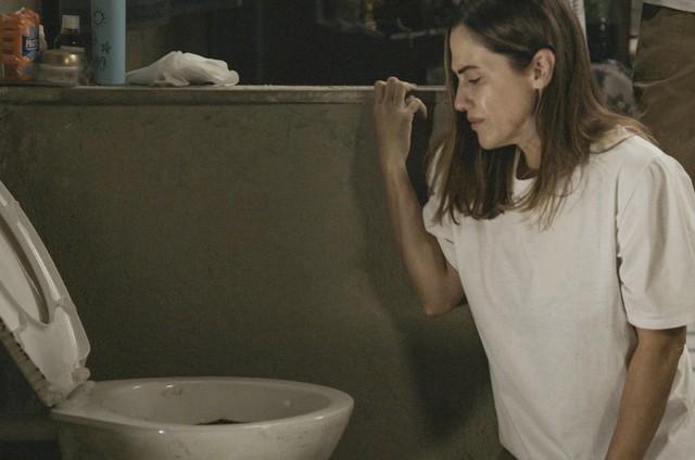 Dominique é obrigada a limpar a privada da cela  (Foto: TV Globo)