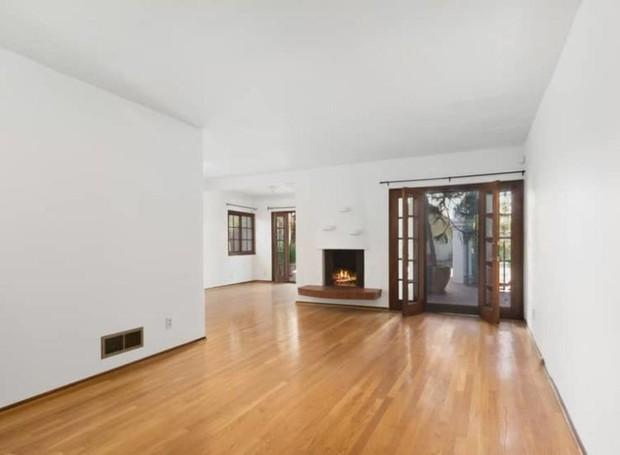 O interior não é muito ornamentado, com paredes brancas e piso de madeira (Foto: Hilton & Hyland/ Reprodução)