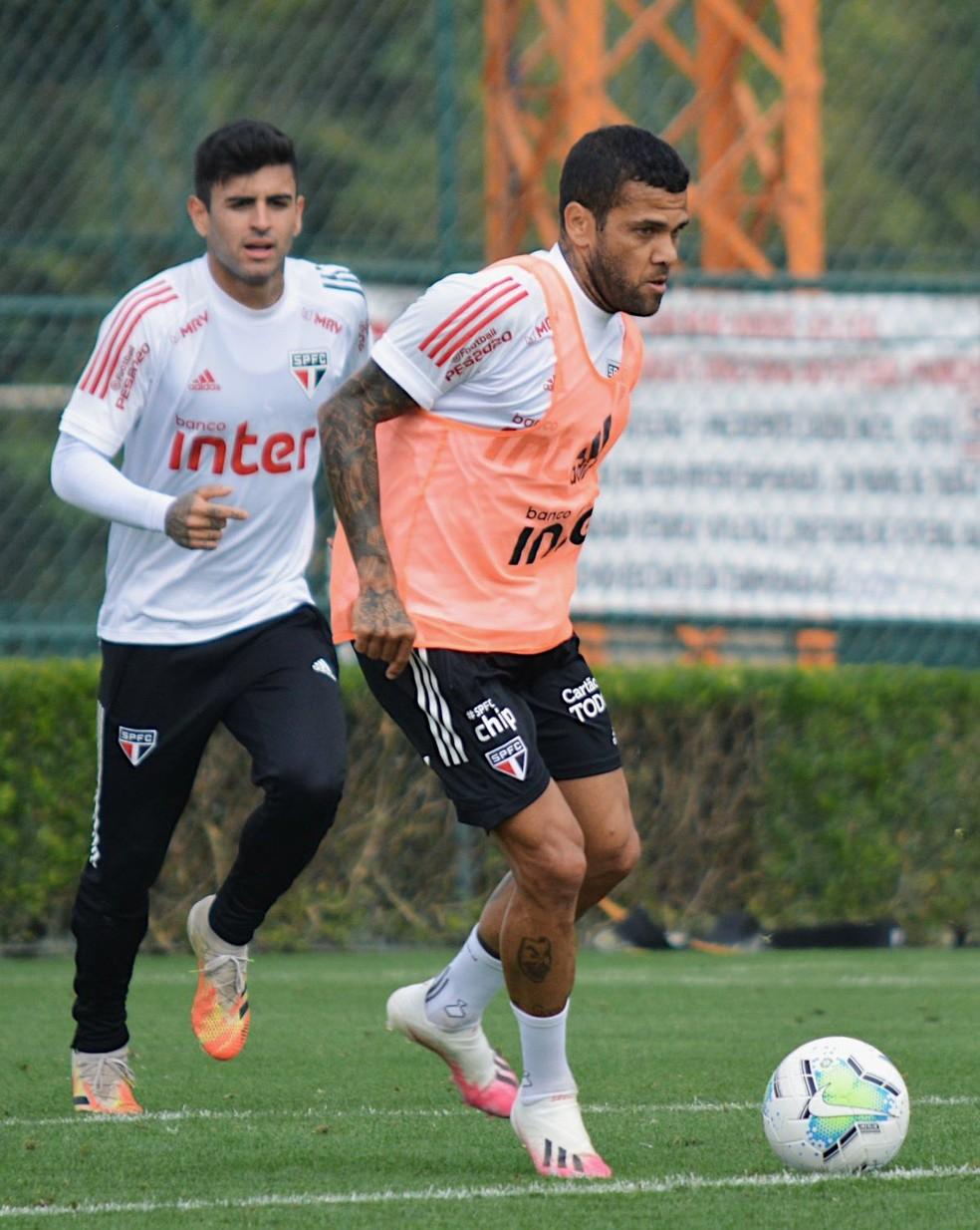 Daniel Alves e Liziero durante treino do São Paulo — Foto: Divulgação/São Paulo
