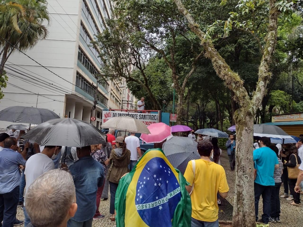 Grupo realiza manifestação contra o passaporte da vacina em Juiz de Fora