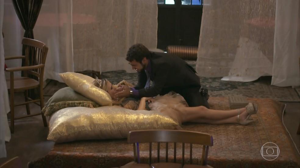 Fedora (Tatá Werneck) desmaia no restaurante e Leozinho (Gabriel Godoy) tenta acordá-la - 'Haja Coração' — Foto: Globo