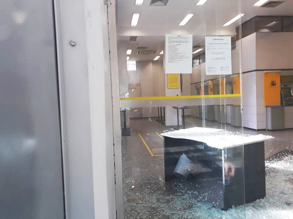 Estilhaços da vidraça ficaram espalhados pela agência — Foto: Marksuel Figueredo/Inter TV Cabugi