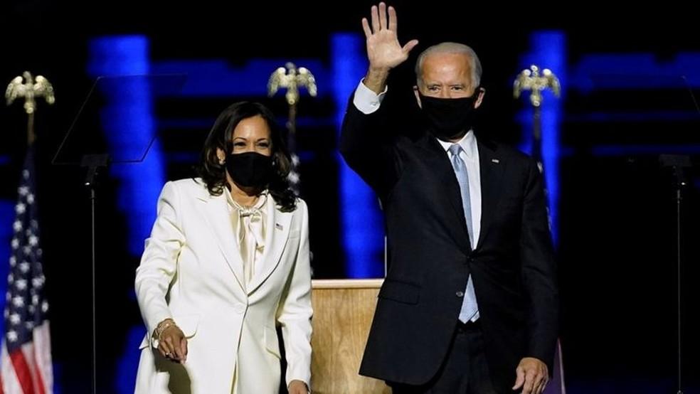 Joe Biden e Kamala Harris no discurso em que a dupla comemorou a vitória nas eleições dos EUA — Foto: ANDREW HARNIK/REUTERS via BBC