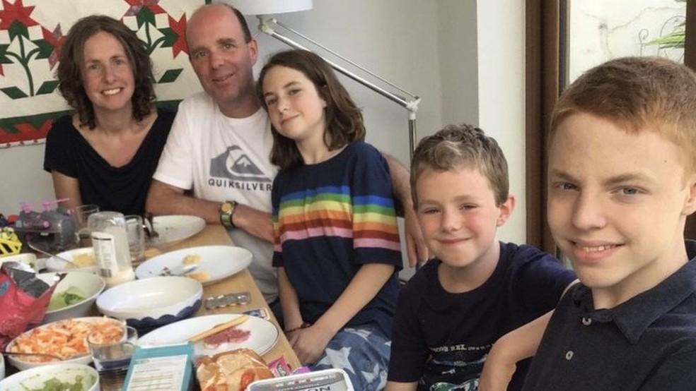 Sarah Bingham disse que ela é uma doadora compatível para sua filha Ariel e filho mais velho Noah (o último à direita) — Foto: Acervo familiar