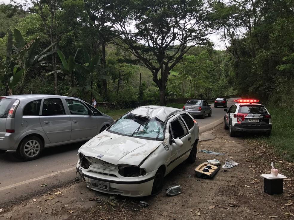 Seis ficam feridos após carro capotar na rodovia SP-50 — Foto: Pedro Melo/TV Vanguarda