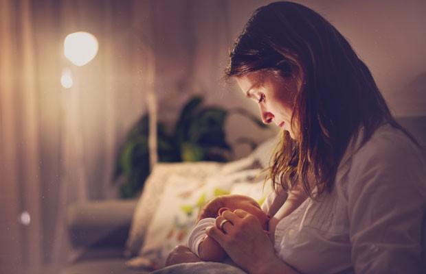 Mãe amamenta durante a noite (Foto: Thinkstock)
