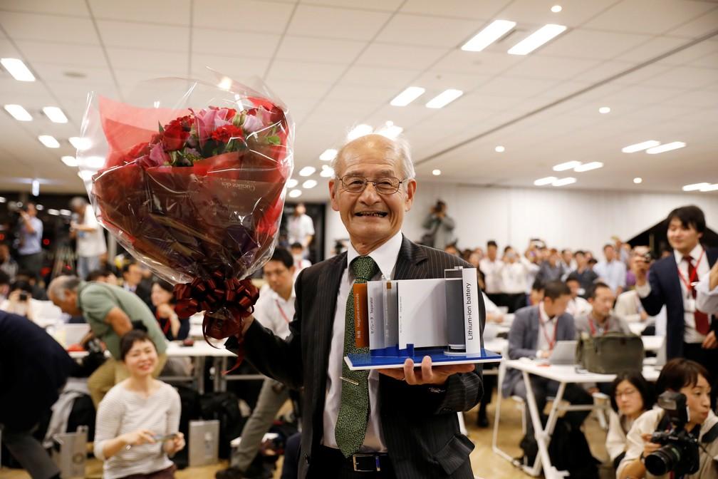 O cientista japonês Akira Yoshino segura uma maquete de uma bateria de íon de lítio e um buquê de flores durante uma coletiva de imprensa em Tóquio logo após o anúncio de que ele havia ganhado o prêmio Nobel de Química nesta quarta-feira (9). — Foto: Issei Kato/Reuters
