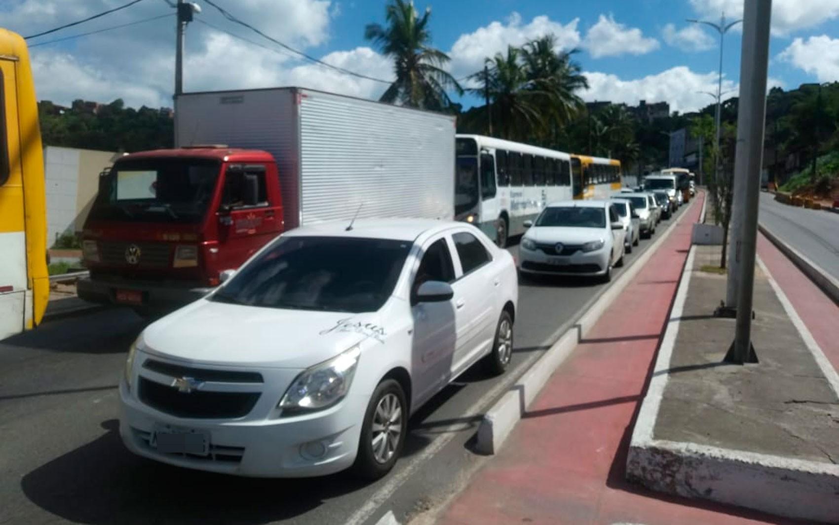 Av. Suburbana é interditada para retirada de caçamba após veículo parar em cima de laje