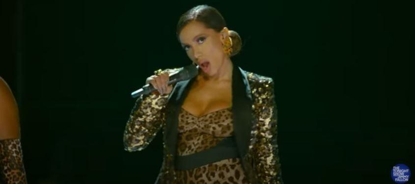 Anitta apresenta 'Me Gusta' no programa de Jimmy Fallon
