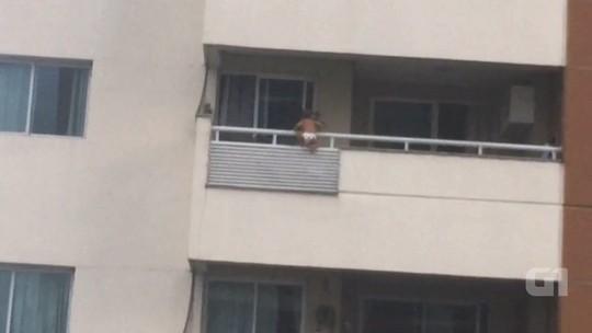 VÍDEO: bebê fica pendurado em varanda de apartamento em Manaus