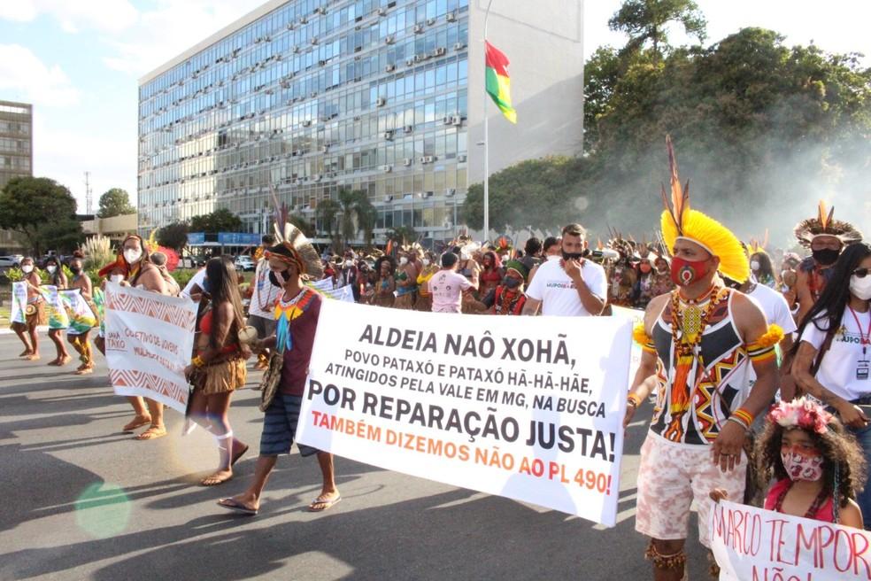 Indígenas protestam contra o projeto de lei que prevê mudanças em demarcação de terras — Foto: Jéssica de Almeida/Divulgação