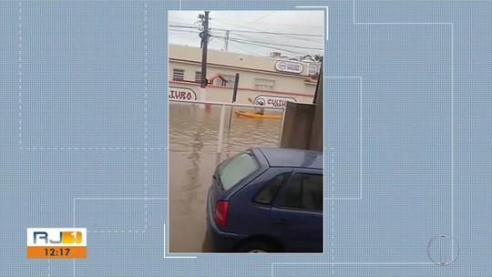 Maricá entra em estágio de atenção após chuva; Morador acha até peixe na rua